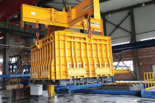 Multicast XL BC 360_Zhongda China_Product in mould in crane